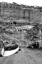 Porto nella Marina di Novaglie. Si nota una barca capovolta sulla sinistra e un argano utilizzato per portare le barche in secca. Il porto è scavato nella scogliera come capita di trovare in molte marine salentine.