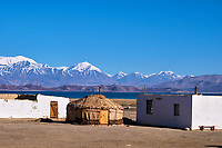 Tadjikistan, Asie centrale, Gorno Badakhshan, Haut Badakhshan, le Pamir, la Route du Pamir, le lac Karakoul  et le village de Karakul // Tajikistan, Central Asia, Gorno Badakhshan, the Pamir, Wakhan valley, the Pamir highway, Karakul lake and Karakul village