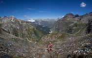 escursionisti lungo il sentiero dal passo del Forno e il Passo del Muretto