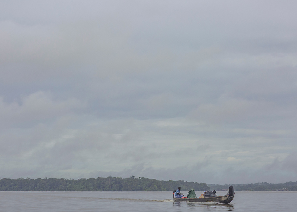 Albina, Suriname, juin 2015.<br /> <br /> Politiquement, le Maroni est<br /> un fleuve frontière qui sépare la Guyane du Suriname. Pourtant, cette discontinuité administrative révèle ici<br /> davantage une zone aux confins des territoires nationaux et délimite un monde qui est aussi une impasse dans laquelle la survie dépend de la capacité d'échange avec la rive opposée.