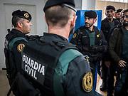 La guardia civile fouille  le gymnase ou se situe le bureau de vote de St Julia de Ramis , c'est ici que doit voter le president Carles Puigdemont