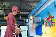 Koningin Maxima tijdens een rondleiding in het Spoorwegmuseum na de uitreiking van de ScienceMakers Awards. De prijzen worden uitgereikt aan jongeren die het afgelopen jaar nationale of internationale wedstrijden hebben gewonnen op het gebied van wetenschap, technologie en maken.<br /> <br /> Queen Maxima during a tour of the Railway Museum after the presentation of the ScienceMakers Awards. The prizes are awarded to young people who have won national or international competitions in science, technology and making in the past year.