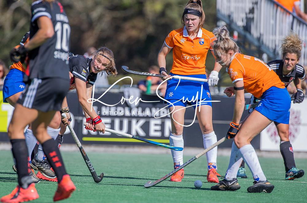 BLOEMENDAAL - Noor de Baat (Adam) met Teuntje Horn (Bldaal)  tijdens de hoofdklasse hockeywedstrijd dames, Bloemendaal-Amsterdam (0-5) .  COPYRIGHT KOEN SUYK