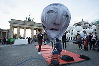 """24 SEP 2015, BERLIN/GERMANY:<br /> Ein Ballon der das Gesicht von Bundeskanzlerin Angela Merkel zeigt wird startklar gemacht, ONE.org Aktion """"Time to shine"""" im Rahmen der NGO-Allianz action/2015, anl. der morgigen Bekanntgabe der neuen Globalen Ziele zur ARmutsbekaempfung der Vereinten Nationen in New York, Pariser Platz, Brandenburger Tor<br /> IMAGE: 20150924-01-006<br /> KEYWORDS: #LightTheWay, Armut"""