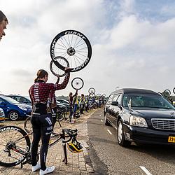 28-04-2020: wielrennen: afscheid: Diffelen <br /> Afgelopen week overleed oud Zwaluwen voorzitter Gerrit Aufderhaar op 67 jarige leeftijd.<br /> De leden van de Almelose Wielervereniging de Zwaluwen brachten een indrukwekkende laatste groet.