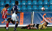 Fotball , Tippeligaen 05.06.2006<br /> Lyn v Viking  0-0<br /> Lyn, Espen hoff skyter utenfor Vikings Keeper Anthony Basso<br /> Foto: Robert Christensen - Digitalsport
