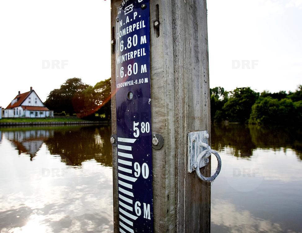 Nederland Rotterdam 1 juni 2007 20070601.NAP waterpeil in de nieuwbouwwijk Nieuw Terbregge ..Serie tbv Schieland en de Krimpenerwaard, deze zorgt als waterschap voor droge voeten en schoon water in een bepaald gebied. Het beheersgebied van Schieland en de Krimpenerwaard strekt zich uit tussen Rotterdam, Schoonhoven en Zoetermeer. Binnen dit gebied zorgt Schieland en de Krimpenerwaard voor de kwaliteit van het oppervlaktewater, het waterpeil en de waterkeringen. Daarnaast beheert Schieland en de Krimpenerwaard een aantal wegen in de Krimpenerwaard...Foto David Rozing/