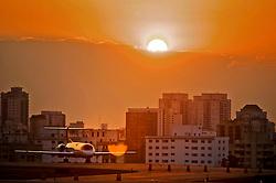 Avião é visto taxiando na pista do aeroporto de Congonhas durante o por-do-sol. FOTO: Jefferson Bernardes / Preview.com