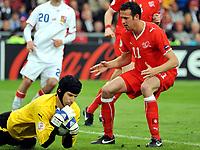 GEPA-0706085647 - BASEL,SCHWEIZ,07.JUN.08 - FUSSBALL - UEFA Europameisterschaft, EURO 2008, Schweiz vs Tschechien, SUI vs CZE. Bild zeigt Petr Cech (CZE) und Marco Streller (SUI).<br />Foto: GEPA pictures/ Oliver Lerch