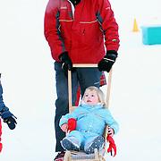 AUT/Lech/20080210 - Fotosessie Nederlandse Koninklijke familie in lech Oostenrijk, prins Willem-Alexander en dochter Alexia op een slee