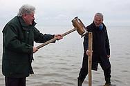 Ultsje Hosper (directeur It Fryske Gea) slaat met hulp van dijkgraaf Paul van Erkelens (Wetterskip Fryslan) de 'eerste paal' voor de palenrij in het IJsselmeer. Deze palenrij moet voorkomen dat het te storten zand wegspoelt.