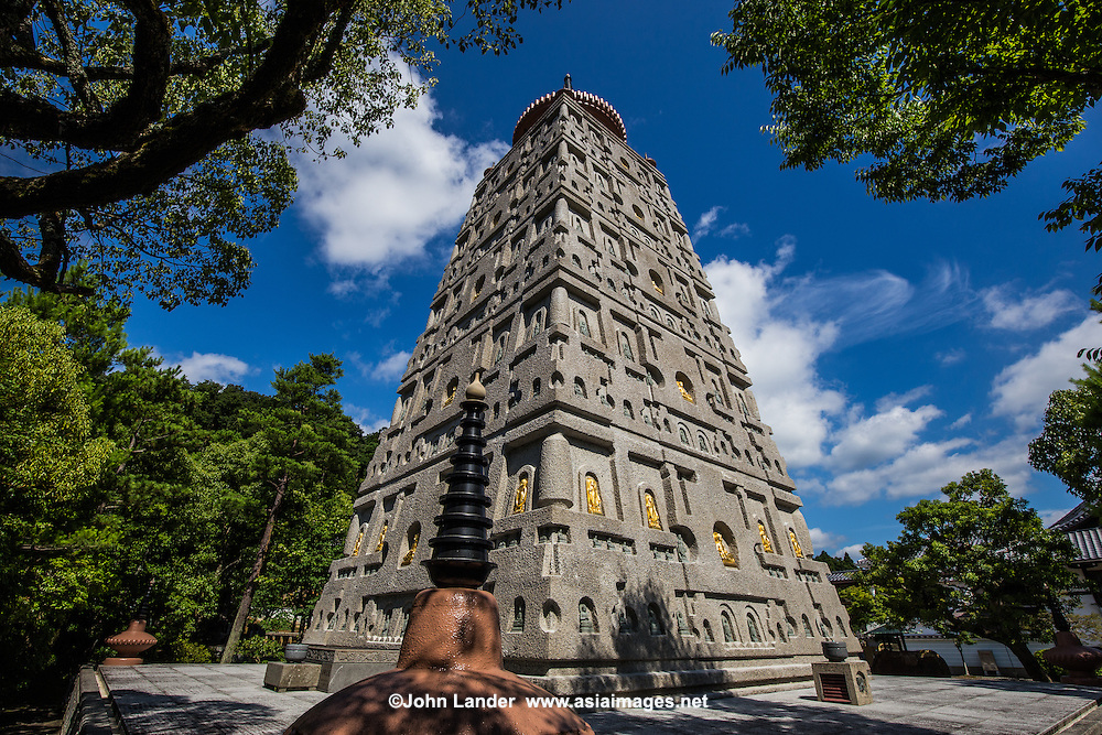 Myomanji temple grounds are made up of islands of raked gravel surrounding a stupa tower,  which is a copy of the Bodh Gaya in India where Buddha gained Enlightenment.
