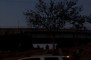 """Sotto i ponti del """"Bordo"""" vivono migliaia di persone, tra deportati e migranti."""