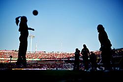 Gandulas femininas batem bola no intervalo da partida entre as equipes do Internacional e Caxias, valida pela final do Campeonato Gaucho, no Estadio Beira Rio, em Porto Alegre. FOTO: Jefferson Bernardes/Preview.com
