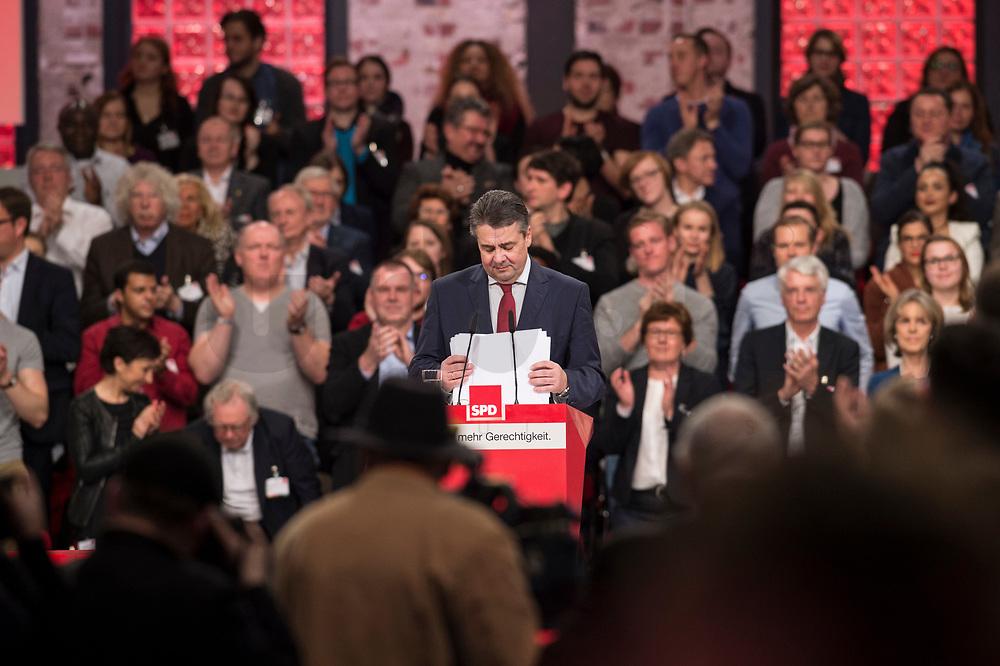 19 MAR 2017, BERLIN/GERMANY:<br /> Sigmar Gabriel, SPD, Bundesaussenminister und scheidender SPD Parteivorsitzender schiebt nach seiner Abschiedsrede die Blaetter seines Manuskripts zusammen, a.o. Bundesparteitag, Arena Berlin<br /> IMAGE: 20170319-01-010<br /> KEYWORDS: party congress, social democratic party