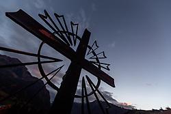 THEMENBILD - die Silhouette eines Kreuzes auf einem Grab gegen den Abendhimmel fotografiert. Am 1. November, gedenken Katholiken aller Menschen, die in der Kirche als Heilige verehrt werden. Das Fest Allerseelen am darauf folgenden 2. November, ist dem Gedaechtnis aller Verstorbenen gewidmet, aufgenommen am 30.10.2016, Kaprun, Oesterreich // the silhouette of a cross on a grave photographed against the evening sky, on All Saints' Day 1st November, Catholics remember all people who are venerated as saints in the church. The festival Souls on the following second November is dedicated to the memory of all deceased, taken at the cemetery in Kaprun, Austria on 2016/10/30. EXPA Pictures © 2016, PhotoCredit: EXPA/ JFK