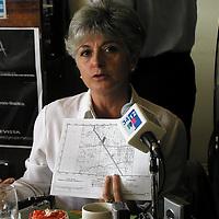 """Toluca, Méx.- En conferencia de prensa, integrantes del movimiento """"anti-terminal norte"""", dieron a conocer la propuesta de estudio de viabilidad para la ubicacion de la terminal en tres zonas alternas como Zinacantepec, Metepec y """"tres caminos"""", sobre la carretera Toluca-Atlacomulco, Susana Bianconi, muestra los proyectos.( Agencia MVT/Hernan Vázquez E.)"""