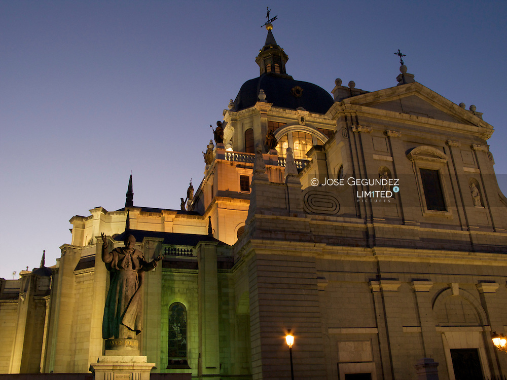 Catedral de Nuestra SeÒora de la Almudena<br />Cathedral de Nuestra Senora de la Almudena