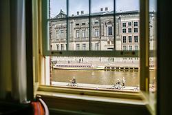 Ciclistas em Amsterdam visto pela janela de um hotel. A cidade é conhecida por seu porto histórico, seus museus de fama internacional, pelo Red Light District, seus coffeeshops liberais, e seus inúmeros canais. FOTO: Jefferson Bernardes/Agência Preview