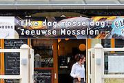 Nederland, Domburg, Walcheren, Zeeland, 26-3-2016 Badplaats aan de duinen langs de Noordzee. Het is paasweekend en daardoor zijn er veel toeristen, vooral uit duitsland . In een restaurant kunnen zeeuwse mosselen gegeten worden.Foto: Flip Franssen/Hollandse Hoogte