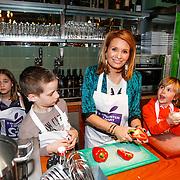 NLD/Amsterdam/20130410 - Koken met seizoensgroenten, Leontien Borsato kookt met kinderen