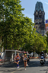 Ruth van der Meijden passeert de Gedächtniskirche op de marathon bij het EK atletiek in Berlijn op 12-8-2018