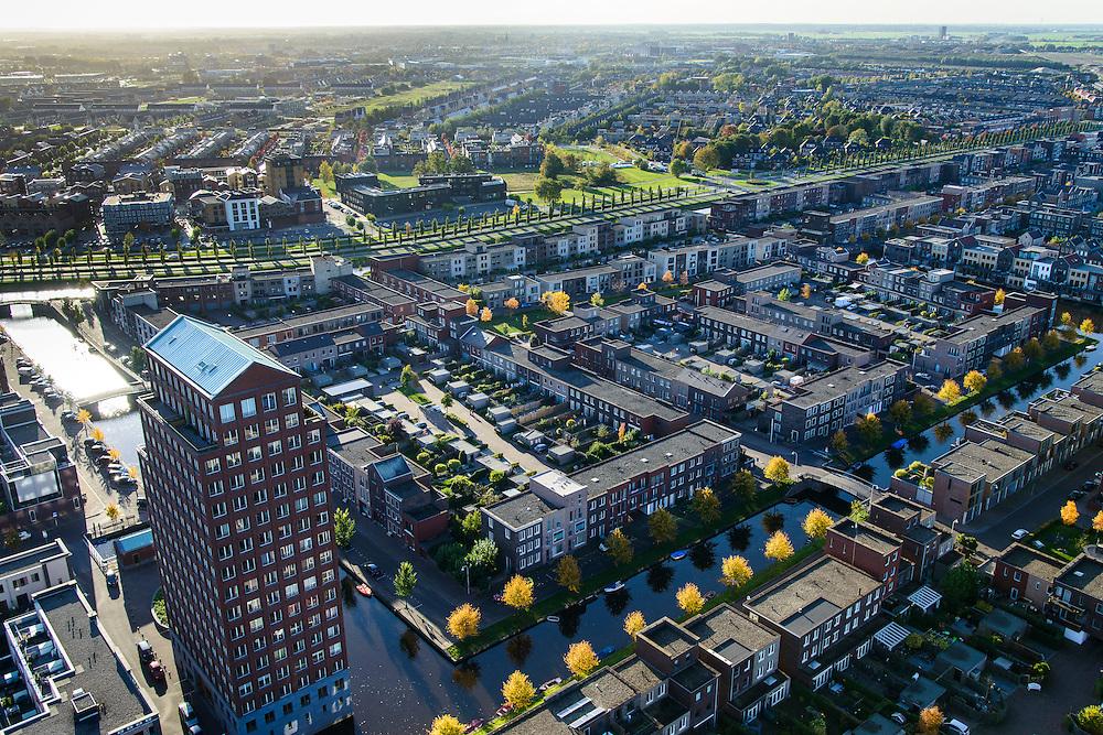 Nederland, Utrecht, Amersfoort, 24-10-2013; de wijk Vathorst, deelplan De Laak. Het stedenbouwkundig plan (van de stedebouwkundigen West8 met Adriaan Geuze ). Grachtenstad met imitatie grachtenpanden.<br /> Foto richting Hooglanderveen.<br /> New housing district Vathorst in Amersfoort, the urban plan of this Canal City, is based on canals with canal house-style houses. Developed by the urban development agency West8, Adriaan Geuze.<br /> luchtfoto (toeslag op standaard tarieven);<br /> aerial photo (additional fee required);<br /> copyright foto/photo Siebe Swart.