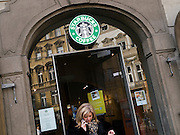 Die vor kurzem eröffnete Starbucks Filiale am Kleinseitner Ring (Malostranske Namesti) in Prag.  <br /> <br /> The new opened Starbucks branch store at the Malostranska square (Malostranske Namesti) in Prague.
