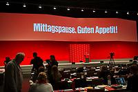 DEU, Deutschland, Germany, Berlin, 10.05.2014: Mittagspause beim Bundesparteitag der Partei DIE LINKE im Velodrom.