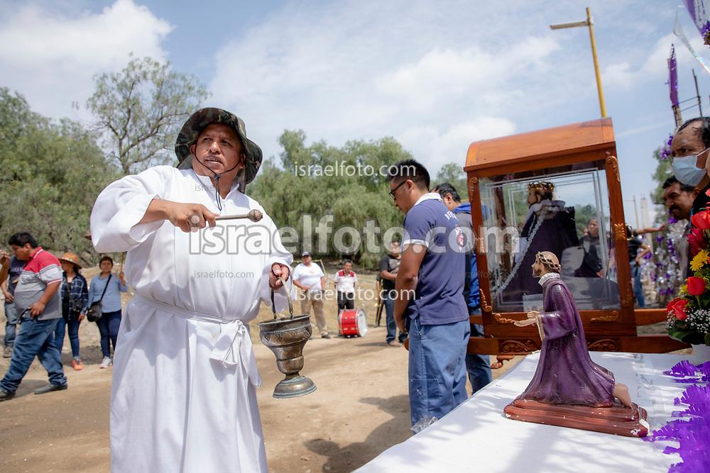 02 junio 2021, Tultepec, Estado de México. Un sacerdote católico bendice una imagen de San Juan de Dios durante la procesión anual de ese santo en la zona de talleres de La Saucera.