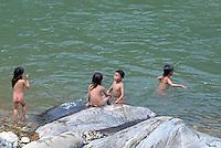 Vietnam. haut Tonkin. Region de Sapa. Hmong Noir. Baignade dans une rivière. // Vietnam. North Vietnam. Sapa area. Black Hmong ethnic group. Time for bath.