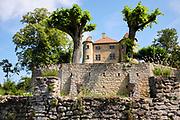 Charmes sur l'Herbasse, Drôme, Frankrijk - augustus 2021: Kasteel Charmes sur l'Herbasse. |  Charmes sur l'Herbasse, Drôme, France - August 2021: Castle Charmes sur l'Herbasse