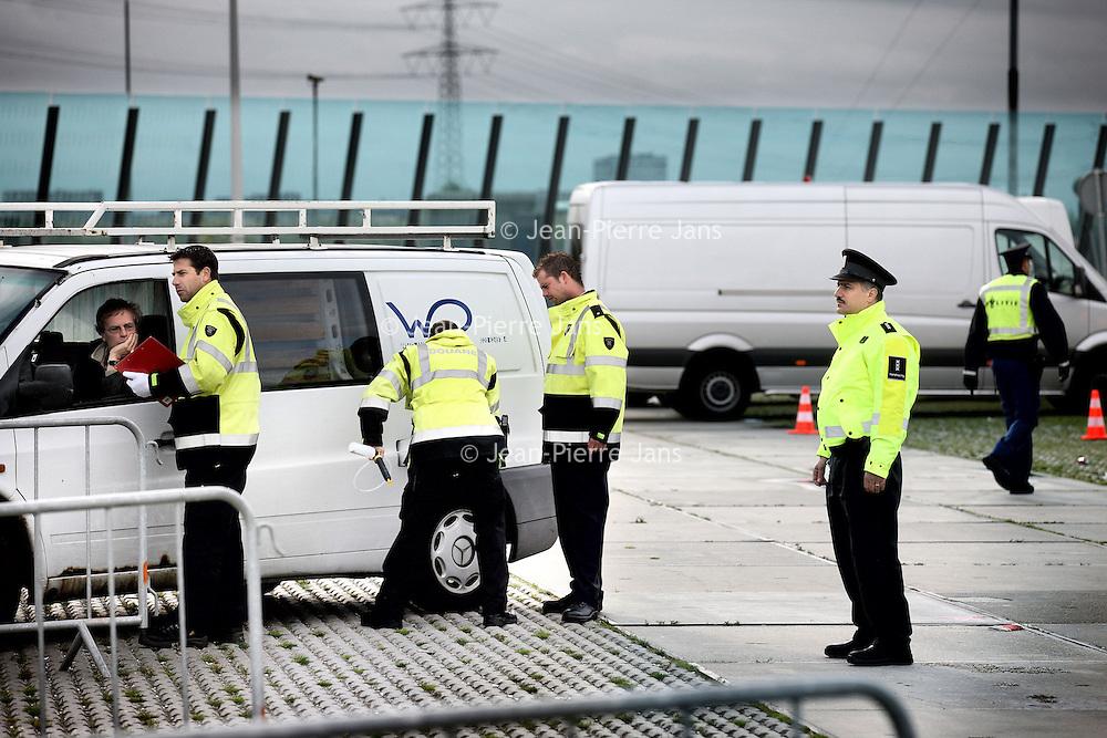 Nederland, Amsterdam , 26 september 2012.. multidisciplinaire verkeerscontrole van politie, marechaussee, douane en de belastingdienst bij de Ijburglaan.Foto:Jean-Pierre Jans