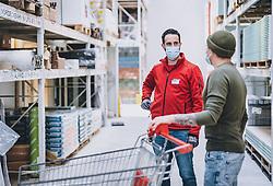 THEMENBILD - ein Verkäufer mit einem Kunden tragen MNS Schutzmasken in einem Baumarkt während der Corona Pandemie, aufgenommen am 14. April 2019 in Zell am See, Österreich // a salesperson with a customer wearing MNS protective masks in a hardware store during the Corona Pandemic in Zell am See, Austria on 2020/04/14. EXPA Pictures © 2020, PhotoCredit: EXPA/ JFK