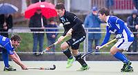UTRECHT- Hockey -  Yorick van der Vis (m) van HGC  tijdens de hoofdklasse competitiewedstrijd tussen de mannen van Kampong en HGC (2-1). links Floris de Ridder en rechts Sjoerd de Wert van Kampong  COPYRIGHT KOEN SUYK