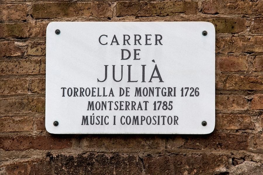 /ES/ Carrer Julià es la calle principal del barrio de La Satalia, pequeño pueblo de montaña construido sobre las piedras de las canteras de Monjuïc a pocos metros del centro de Barcelona.