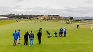 05-10-2019 Schotland - St Andrews Old Course, Tee hole 1 met het Old Course Hotel op de achtergrond