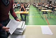 Nederland, Ubbergen, 15-5-2012Eindexamen Nederlands HAVO. Leerlingen, kandidaten, betreden de gymzaal waar het centraal schriftelijk examen, cse, wordt afgenomen. De examenopgaven worden uit de verpakking gehaald om uitgedeeld te worden.Foto: Flip Franssen/Hollandse Hoogte