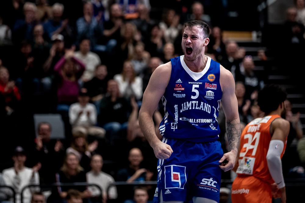 ÖSTERSUND 20211007<br /> Jämtlands Steve Harris skriker efter en dunk under torsdagens match i basketligan mellan Jämtland Basket och Norrköping Dolphins.<br /> Foto: Per Danielsson / Projekt.P