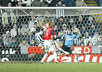 Photo. Andrew Unwin.Digitalsport<br /> Newcastle United v RCD Mallorca, UEFA Cup Fourth Round First Leg, St James Park, Newcastle upon Tyne 11/03/2004.<br /> Newcastle's Titus Bramble (l) scores his team's fourth goal.