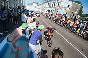Sanchez van team BMC passeert toeschouwers in een badje. In Utrecht is deTour de France van start gegaan met een tijdrit. De stad was al vroeg vol met toeschouwers. Het is voor het eerst dat de Tour in Utrecht start.<br /> <br /> In Utrecht the Tour de France has started with a time trial. Early in the morning the city was crowded with spectators. It is the first time the Tour starts in Utrecht.