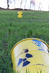 06.11.2010, Castortransport Demonstration, Dannenberg Nebenstedt, GER, Ueberall im Wendland stehen gelbe Atomfaesser, EXPA Pictures © 2010, PhotoCredit: EXPA/ nph/  Kohring+++++ ATTENTION - OUT OF GER +++++