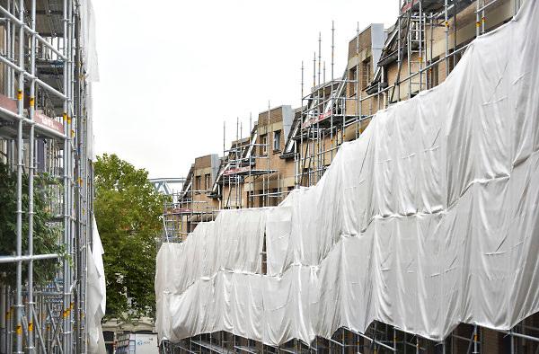 Nederland, Nijmegen, 6-9-2018Sociale huurwoningen in de benedenstad worden onderhouden. De gevels worden opgeknapt en het houtwerk, kozijnen, geschilderd. Deze woningen zijn gebouwd begin jaren 80, Het was een spraakmakend project vanwege de karakteristieke locatie in de nijmeegse binnenstad. De wijk grenst aan de waal.Foto: Flip Franssen