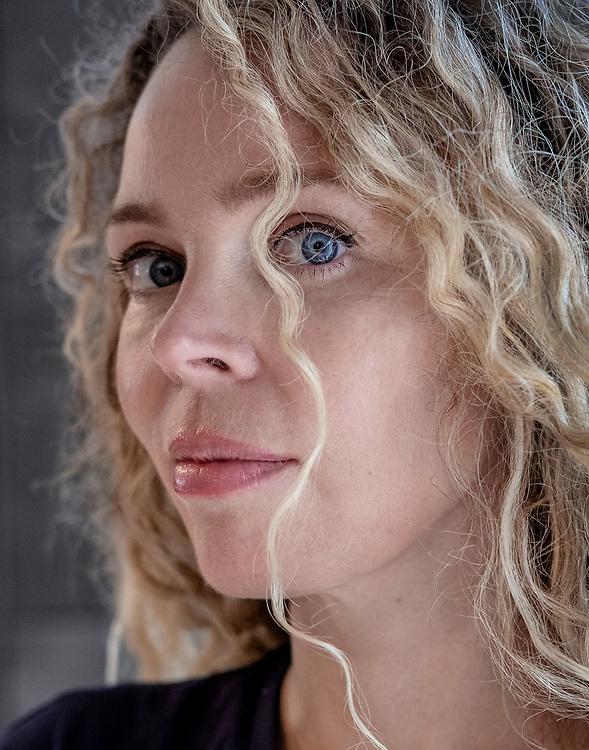 Nederland. Naarden, 18-04-2019. Foto: Patrick Post. Portret van Roxane van Iperen.