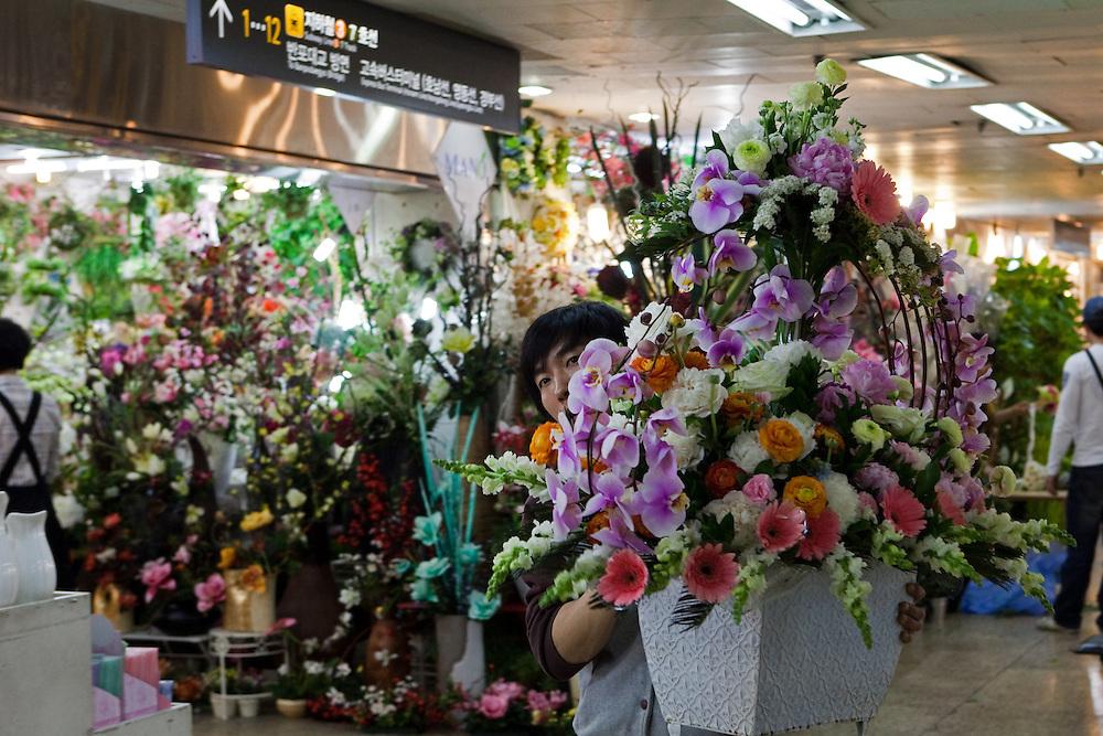 Unterirdischer Blumen Markt in einer Passage in der Naehe des Express Bus Terminals im Zentrum der koreanischen Hauptstadt Seoul.  <br /> <br /> Flower Market located in the underground shopping mall and Gangnam Flower Market in the city center of the Korean capital Seoul.