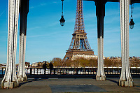 France, Paris (75), la Tour Eiffel depuis le pont de Bir Hakeim // France, Paris, Eiffel Tower from Bir Hakeim bridge
