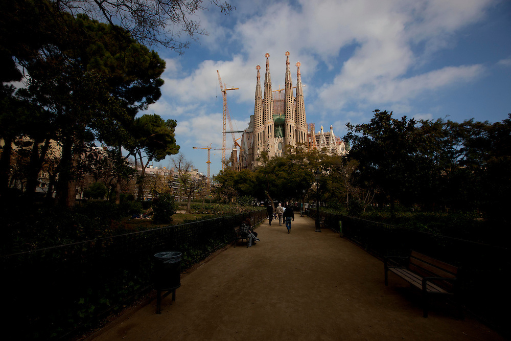 Barcelona_ESP, Brasil...Templo Expiatorio da Sagrada Familia, tambem conhecido simplesmente como Sagrada Familia, e um grande templo catolico da cidade catala de Barcelona (Espanha), desenhado pelo arquiteto catalao Antoni Gaudi, e considerado por muitos criticos como a sua obra-prima e expoente da arquitetura modernista catala em Barcelona, Espanha...The Basílica i Temple Expiatori de la Sagrada Família (English: Basilica and Expiatory Church of the Holy Family; Spanish: Basílica y Templo Expiatorio de la Sagrada Familia), commonly known as the Sagrada Família: is a large Roman Catholic church in Barcelona, Catalonia, Spain, designed by Catalan architect Antoni Gaudi...Foto: MARCUS DESIMONI / NITRO