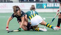 AMSTELVEEN -  Sabine Plönissen (Amsterdam) met Jip Dicke (HDM)   tijdens de competitie hoofdklasse hockeywedstrijd dames, Amsterdam-HDM (1-1).  COPYRIGHT KOEN SUYK