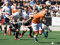 AMSTELVEEN  - Hockey -  1e wedstrijd halve finale Play Offs dames.  Amsterdam-Bloemendaal (5-5), Bl'daal wint na shoot outs.  Yannick van der Drift (Bldaal) met Johannes Mooij (A'dam)    COPYRIGHT KOEN SUYK