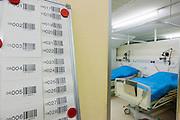 Bij de verpleegruimte hangen barcodes om patiënt met bed te koppelen. Alles patiënten worden gevolgd met een barcode. Bij het calamiteitenhospitaal in Utrecht worden slachtoffers van grote rampen als eerste behandeld. Afhankelijk van de ernst van de verwonding, wordt het slachtoffer ingedeeld in rood, geel of groen. Het hospitaal is uniek in Europa en is gevestigd in de voormalige atoombunker onder het UMC Utrecht.<br /> <br /> With barcodes a patient of the trauma and emergency hospital is followed and coupled with a bed. At the basement of the UMC Utrecht a special hospital for emergency and major incidents is based. Patients are being labelled by number and depending on the injuries they will be transported to the zone red, yellow or green.